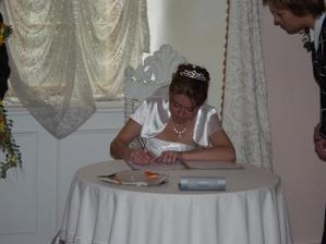 Bob se však nedal zvyklat a tohle už je nevěsta při podpisu - dobře jim tak! :-)