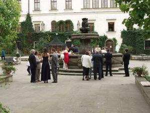 Novomanželé odešli na focení do zámku, svatebčané si zatím prohlíželi kašnu nebo si dali kafíčko v zámecké restauraci