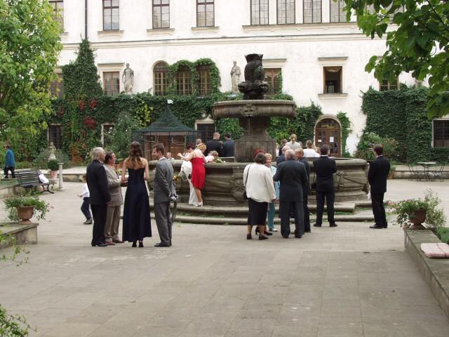 Jedinečný sraz... i zážitek - Novomanželé odešli na focení do zámku, svatebčané si zatím prohlíželi kašnu nebo si dali kafíčko v zámecké restauraci