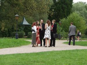 Svatebčané čekají na focení v parku...