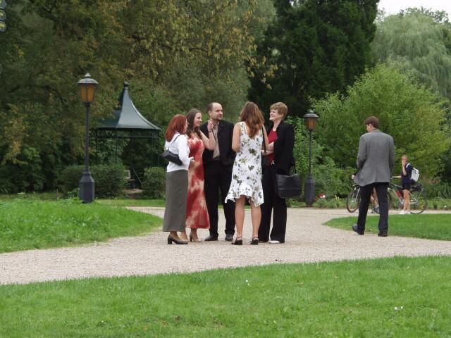 Jedinečný sraz... i zážitek - Svatebčané čekají na focení v parku...