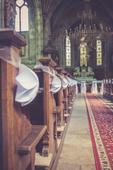 Svatební dekorace na židle nebo lavice v kostele,