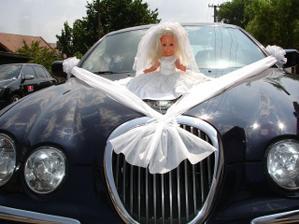 Výzdoba autí, panenka nesměla chybět