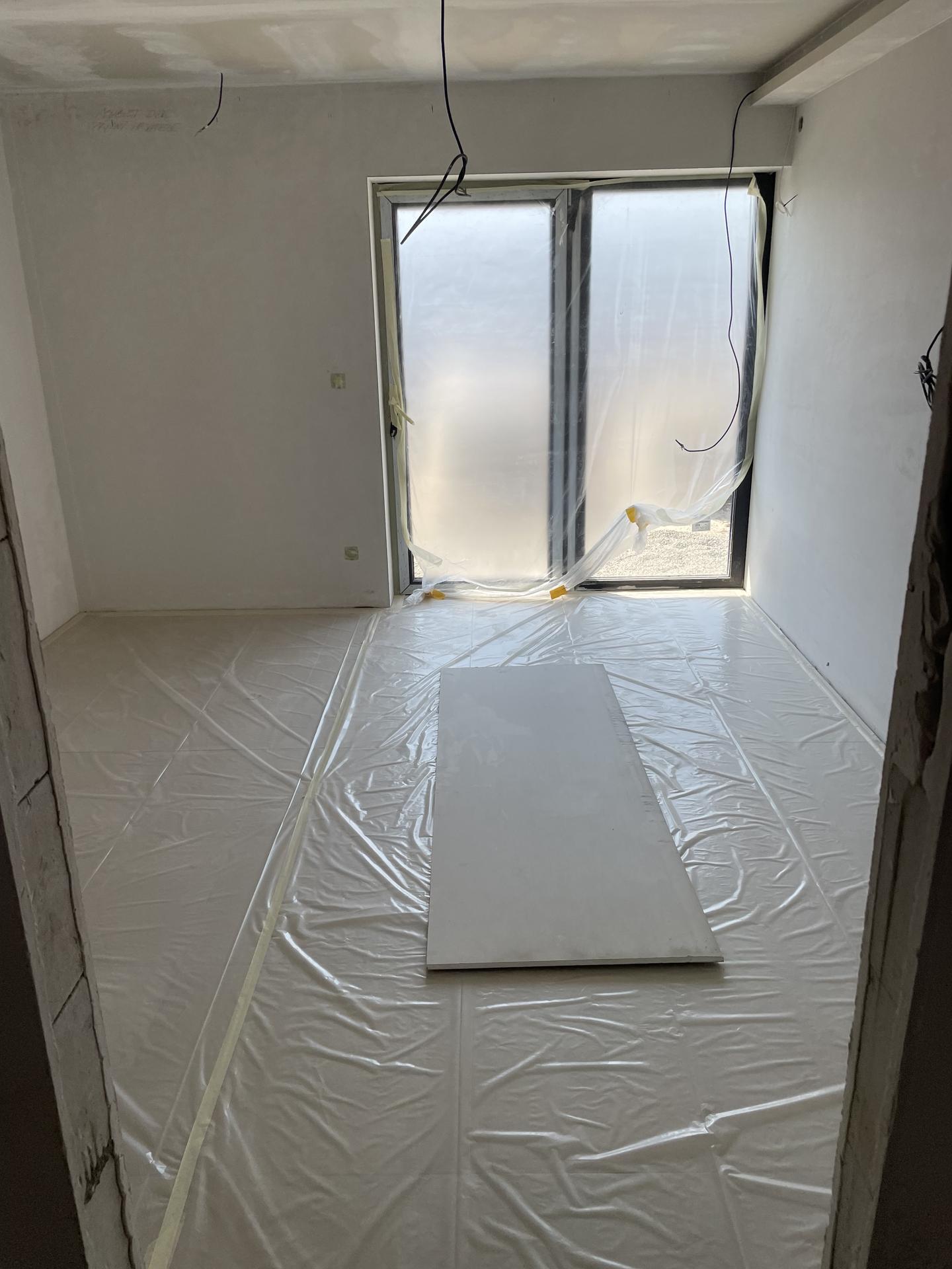 Naše nové doma - Aktuální stav, dlažba v celém domě položena a zakrytá