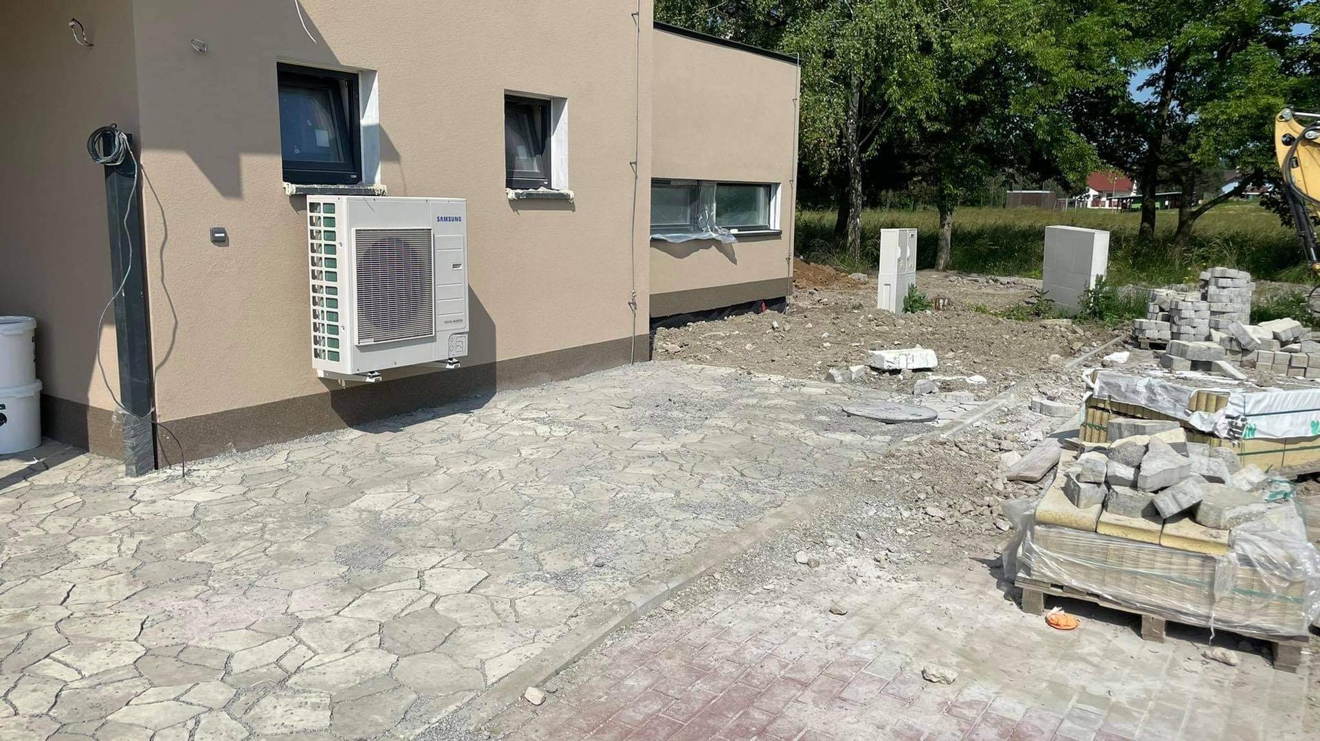 Naše nové doma - Zbyla jedna paleta dlažby, rozšířili jsme místo před domem. Pravděpodobně tady vymyslime nějaký přístřešek na popelnici