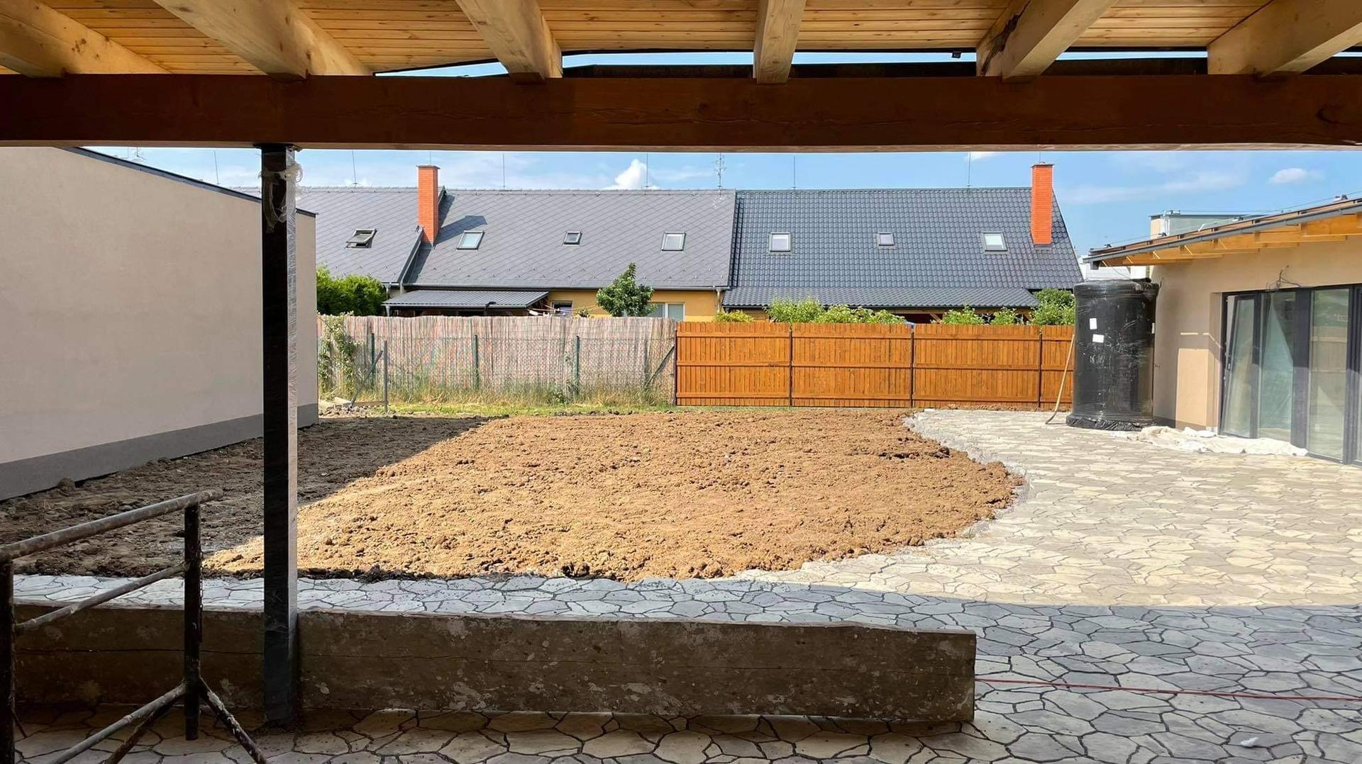 Naše nové doma - Srovnáváme terén, čekáme na plot. Pak muže nastoupit zahradník