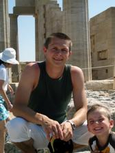 Můj budoucí manžel s naším synem v Lindosu.