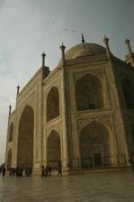 Taj Mahal zaliaty slnkom