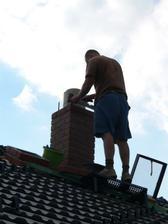 Manžel staví komín