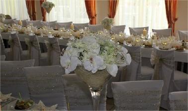 Vyzdoba musi byt z orchidei alebo bielych ruzi...