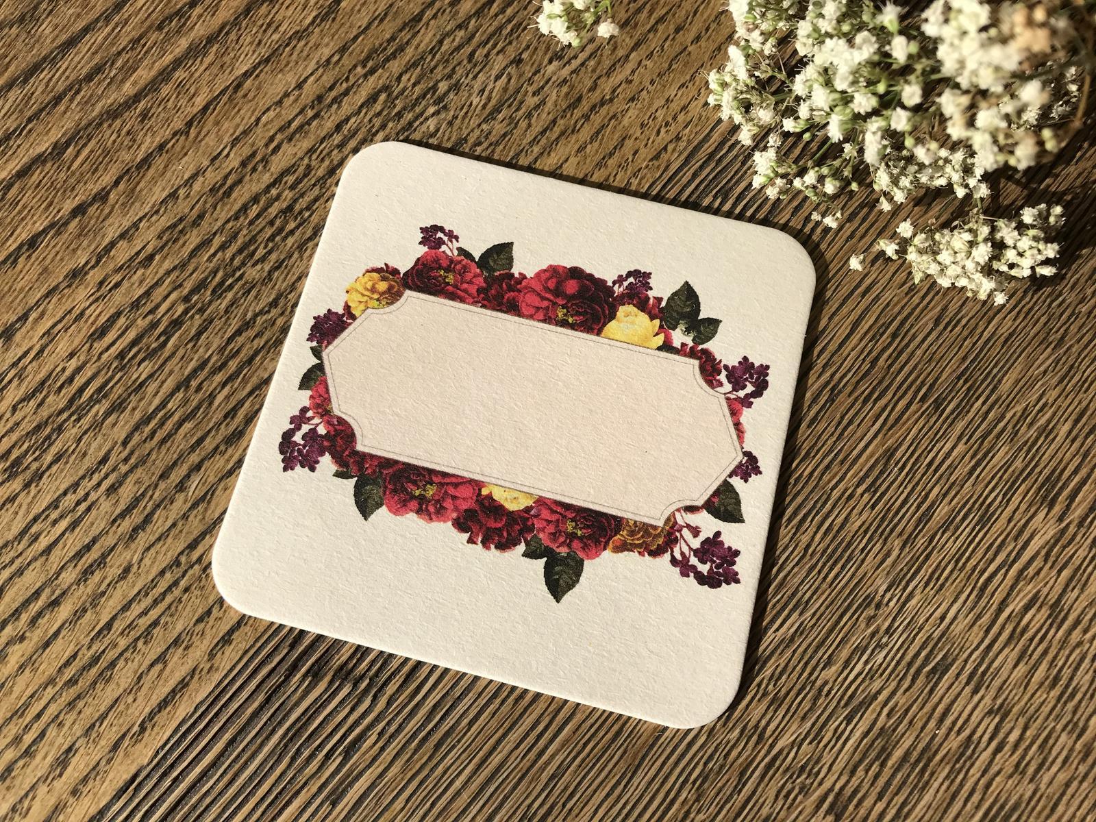 Nápojový tácek jmenovka s bordovými květy - Obrázek č. 1
