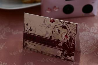 fotak s kartickou na kazdom stole