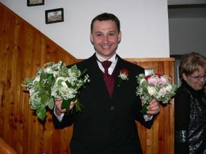 Ženich vyzvedl svatební kytky.