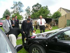 Pánové přemýšlejí jak přidělat panenku na auto :-)