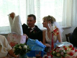 Rozbalování svatebních darů.