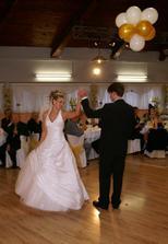 nas prvy manzelsky tanec :) za nasu choreografiu sme zozali velky aplaus :o)