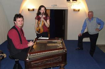 naši hudebníci (basa je opřená vlevo)