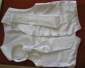 vesta s kravatou, biela
