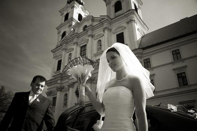 Adriana Hajkova{{_AND_}}Erik Bezak - pred kostolom s tatkom
