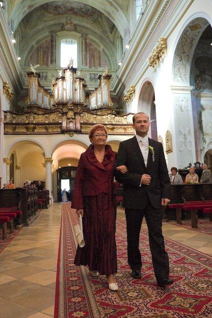 Adriana Hajkova{{_AND_}}Erik Bezak - Eri s mamou kracaju k oltaru