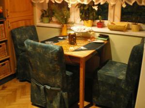 Stoličky vo vianočnom oblečku