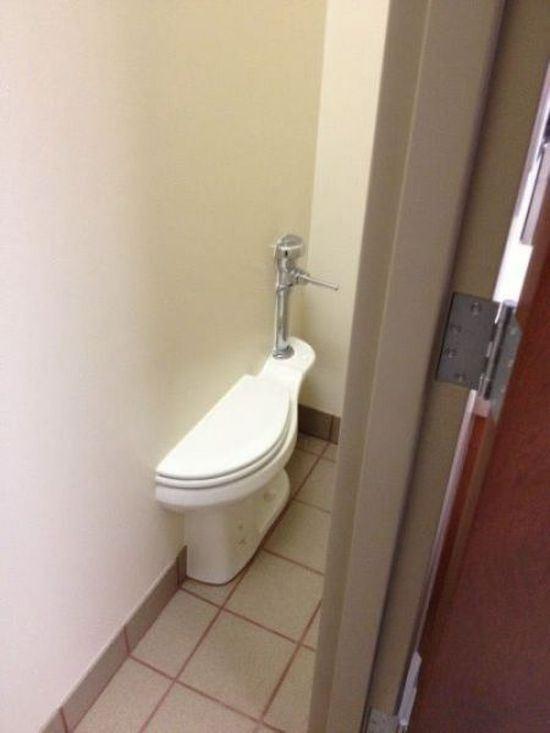 Pro ty kterým se nedaří na pozvednutí nálady,nikdy není tak zle aby nemohlo být hůř.... - WC po rozvodu, druhou půlku bytu a wc má manželka 🤣