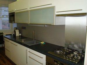 Naše nová kuchyňka. Bílá lesklá folie.