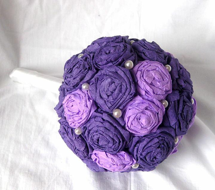 lioness - Kytička z fialových odstínů krepového papíru.