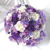 Kytka z papírových a umělých květů ve fiaovo bílé kombinaci.