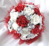 Na přání z bílých a červených růží.
