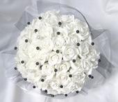 Svatební kytice bílo černá,