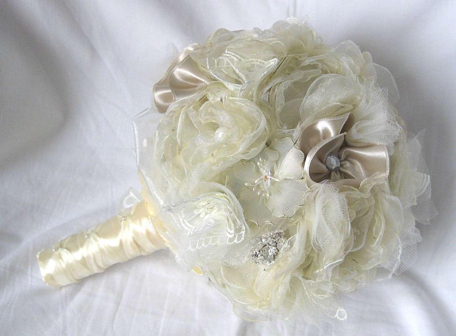Látková svatební kytice s brožemi - Obrázek č. 1
