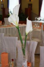 ...vo vázach boli vysoké biele kale, previazané širokými tylovými stuhami.