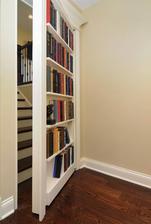 Miestnosť ukryta za knižnicou..