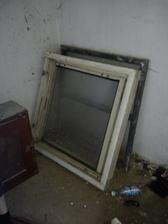 Stare okna v maštali..