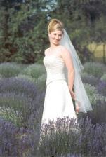 to je ale hezký nápad -svatba na levandulovém poli:-)To by bylo něco pro mě.