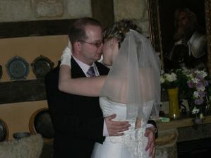 první novomanželský tanec, v pozadí je vidět kytička (trochu unavená, byla nad krbem)