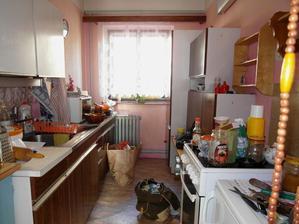 září 2012 - hodinu před předáním domku - bývalá paní majitelka nějak zapomněla, že má všude ještě spoustu věcí, stará linka a spousta krámů nakonec zůstala v domku