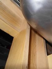 Sloupek tvoří prkno šířky podle velikosti obkladaček silné asi 2 - 3 cm, na kterém jsou zepředu obklady nalepené, kolmo k tomu je slabší prkno šířky 8 - 10 cm, které tvoří jakýsi rám skříňky a nese panty.