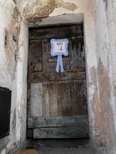 I tady někdo bydlí a je možné, že za takovými dveřmi je pěkný byt.