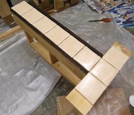 Přes celou délku bude linka dole spojená prknem s dlažbou, nahoře budou dvířka až k desce, pod ní jen úzká spojovací lišta.