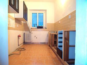 Konečně sestavujeme zděnou nezděnou kuchyňku, ještě pod oknem a na druhé straně.