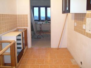 Kuchyň je dost úzká, tato řada skříněk je široká asi 40 cm, na druhé straně bude asi 60 cm.