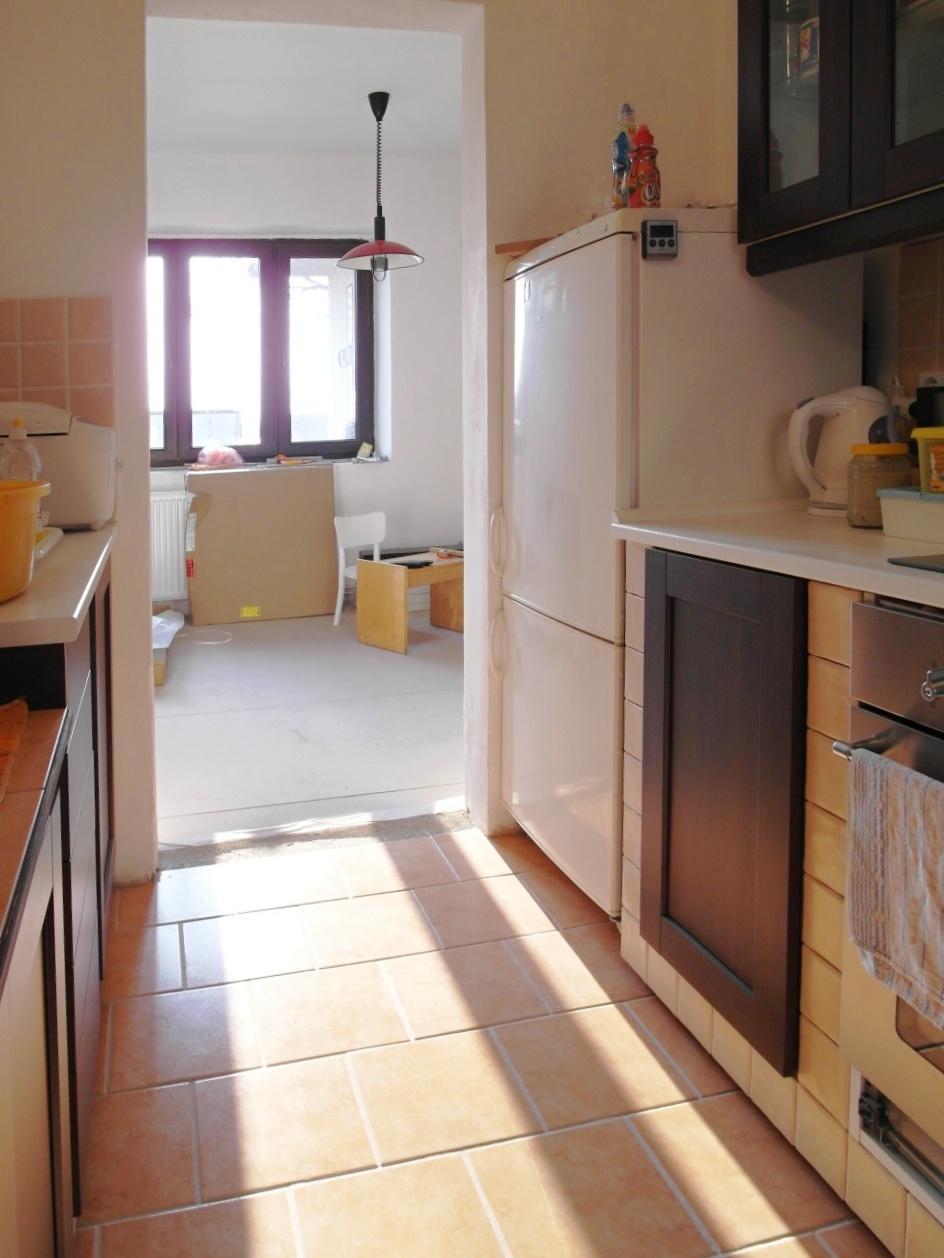 Malá venkovská kuchyňka, linka vypadající jako zděná - Obrázek č. 40