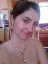 tak tyle naušničky a náhrdelník k šatům :) nejde to moc vidět nešlo to moc vyfotit :)