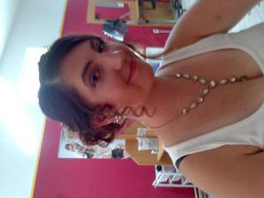 i s naušničkami a náhrdelnikem :)