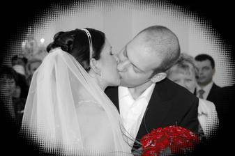 První krásný novomanželský polibek