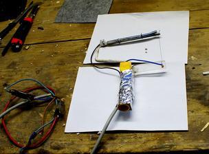 odporový drôt z výhrevnej vložky práčky a ako zdroj použitá nabíjačka autobatérie..