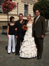 s bratrem nevěsty a jeho ženou, ženich si to jistí
