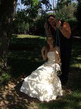 romantika na houpačce ... jak se tam nevěsta nasoukala, je dodnes záhadou